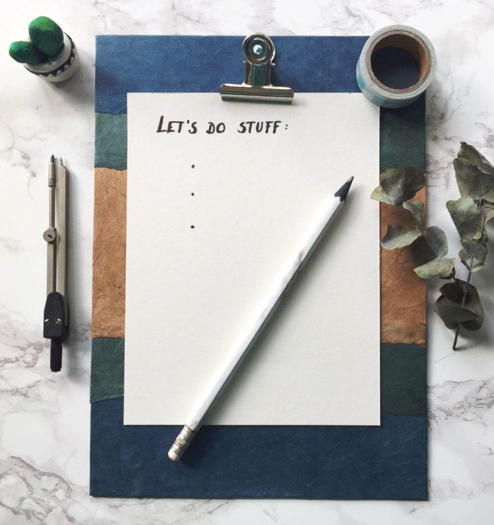 Klemmbrett mit einer Liste für Ideen